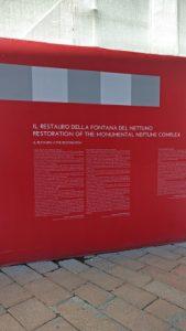 Letrero que cubre las obras de restauración de la fontana del Nepttuno