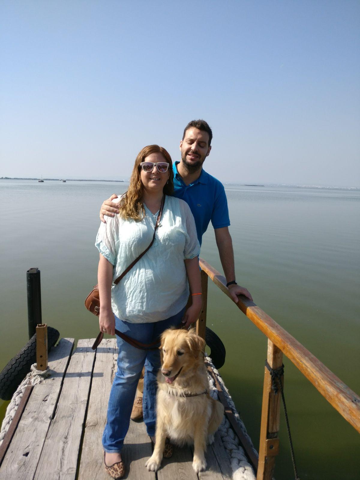 Laura, David y Grace en el embarcadero con el lago de fondo