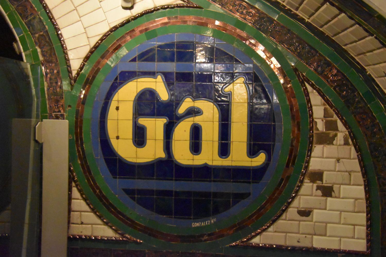 Cartel de Gal en el Andén 0 hecho con azulejos