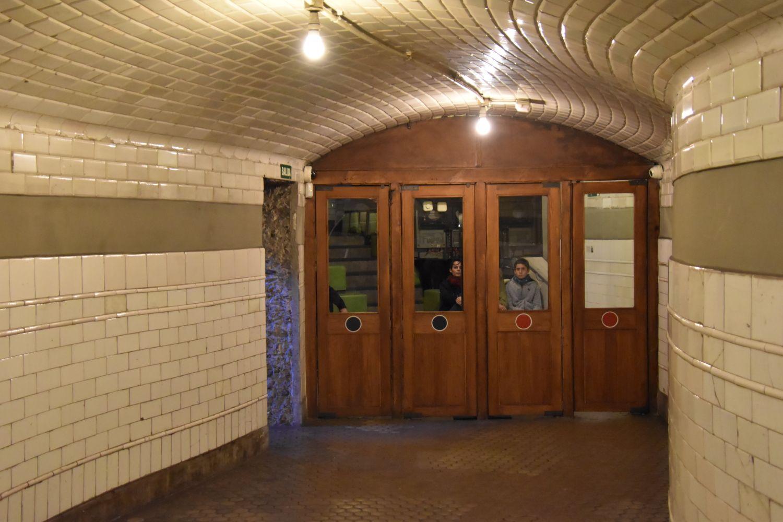 Pasillo con puerta de madera tal cual estaba en los años veinte